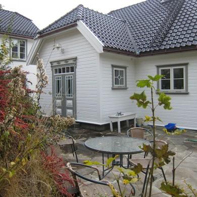 Sveitservilla med harmonerende dør og Solfjeldvinduer