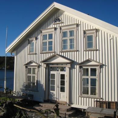 Fasade med Solfjeldvinduer.
