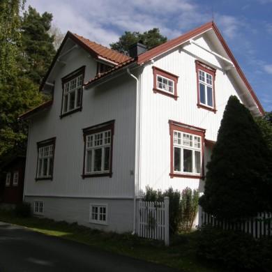 Fasade med kobla vinduer med rød karm