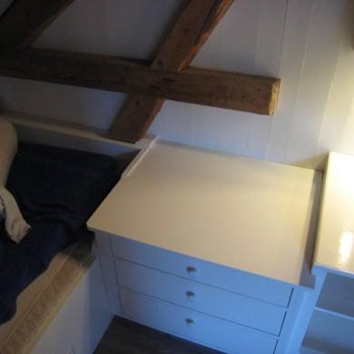 Seng, nattbord og hylle sammenbygd. God utnyttelse av plassen under skråtaket