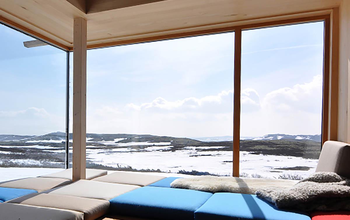 Solfjeld vindu i stilren hytte Jotunheimen