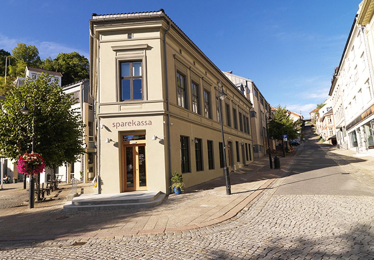 Bankbygget Sparekassa i Arendal er restaurert med spesialvinduer fra Solfjeld AS