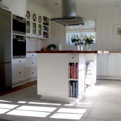 Solfjeldkjøkken med sprossekryss og luke med sjalusidør