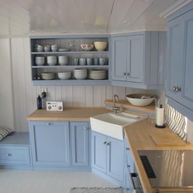 Blått Solfjeldkjøkken med porselensoppvask