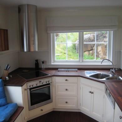 Solfjeldkjøkken med ovn og oppvask i hjørnene