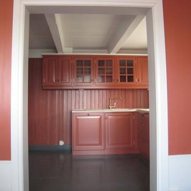 Rødt Solfjeldkjøkken med frist fylling