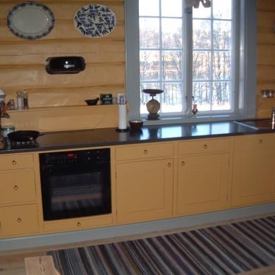 Solfjeldkjøkken mot gammel tømmervegg