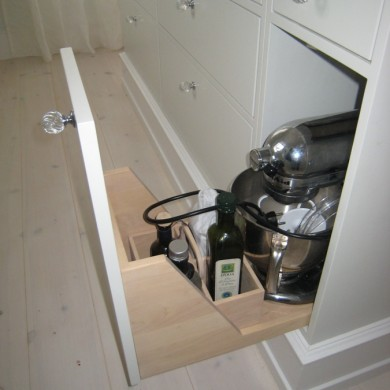 Skuff til kjøkkenmaskin og flaskeholder til matolje