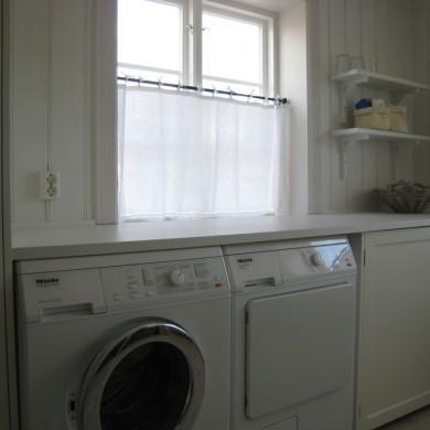 Vaskerom med bankplate og vask i Corian.