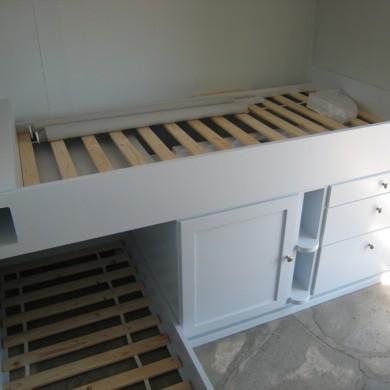 Kryssende senger og integrerte nattbordshyller