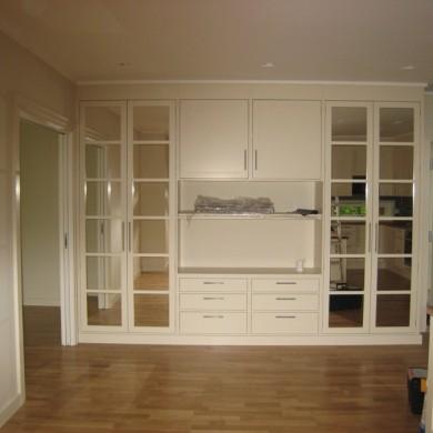 Stue, kjøkken, skap og TV-reol.